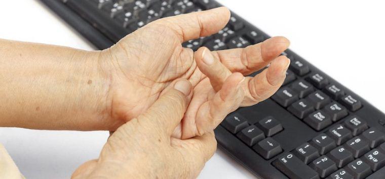 Pergelangan Tangan Sakit Karena Terlalu Lama Mengetik? Lakukan Hal Ini